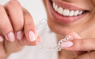 Avoir des dents droites : 2 solutions de dentistes experts